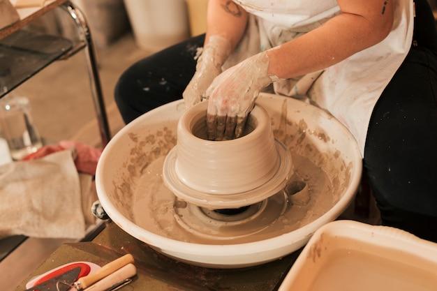 Close-up, de, femininas, mãos, fazendo, cerâmica, ligado, um, roda