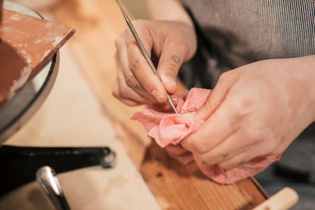 Close-up, de, femininas, oleiro, mão, limpeza, a, ferramenta, com, guardanapo