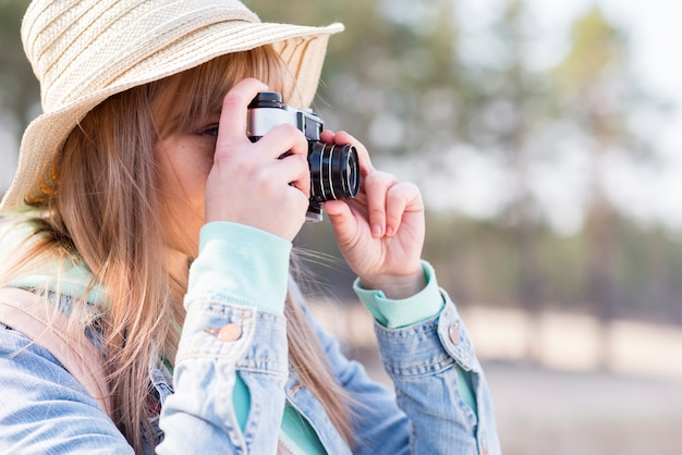 Close-up, de, femininas, turista, levando, foto, com, câmera