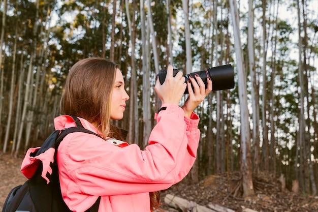 Close-up, de, femininas, viajante, fotografar, em, floresta