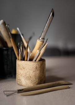 Close-up de ferramentas de trabalho de arte em argila