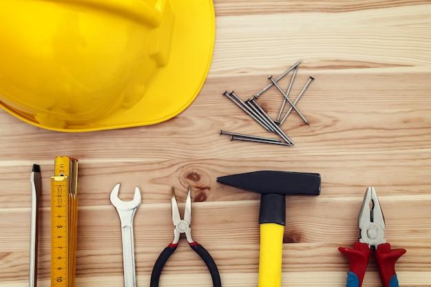 Close up de ferramentas de trabalho em madeira
