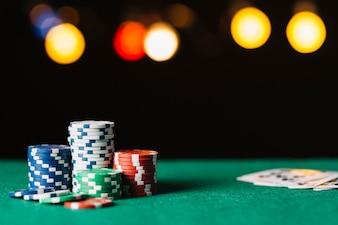 Close-up de fichas de poker na superfície verde