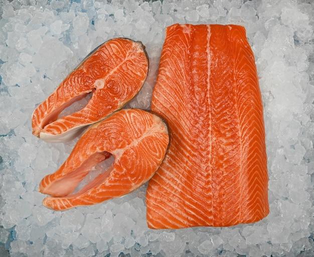 Close up de filé de salmão cru fresco e bifes