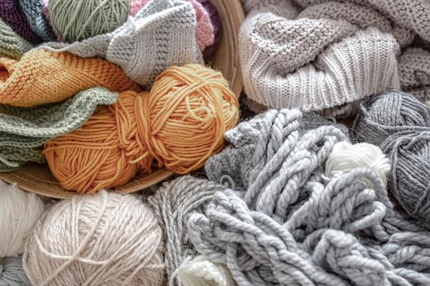 Close-up de fios diferentes para tricô em cores pastel e brilhantes.