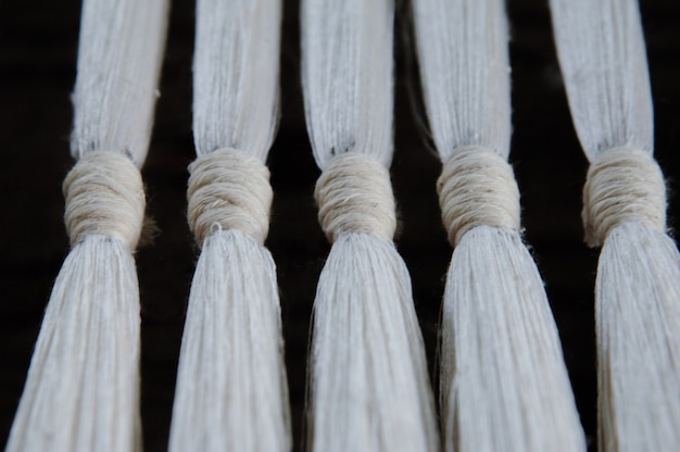 Close up de fios e fios de tecelagem de seda sutil. fibra de algodão branco
