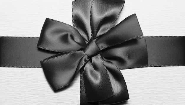 Close-up de fita de embrulho preto e branco em forma de laço para caixa de presente.