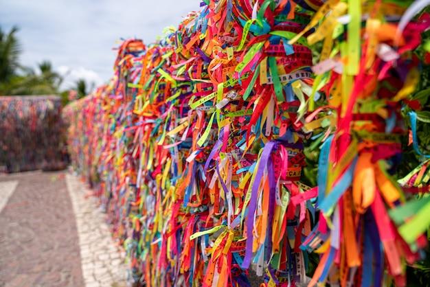 Close up de fitas coloridas contra o céu claro em arraial d'ajuda, bahia, brasil