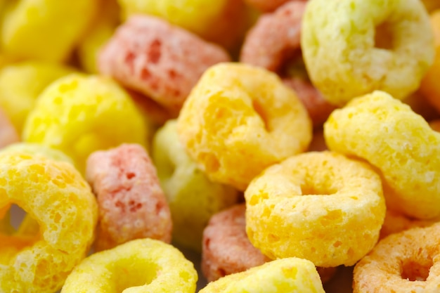Close-up de flocos de cereais alimentos de volta ground.food com delicioso sabor frutado e cores frutadas