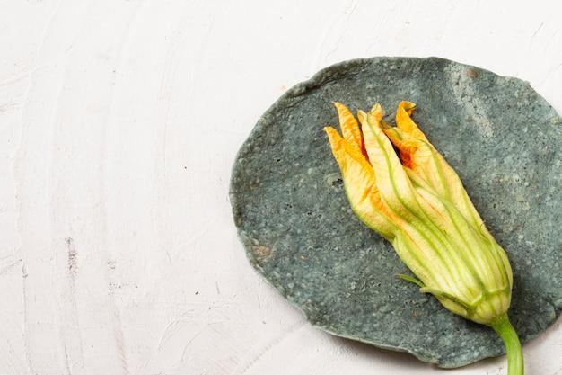 Close-up de flores secas sobre tortilla de espinafre
