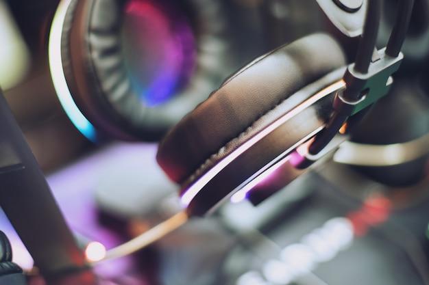 Close-up de fones de ouvido para jogos rgb