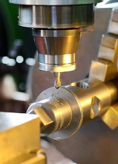 Close-up de fresadora em operação