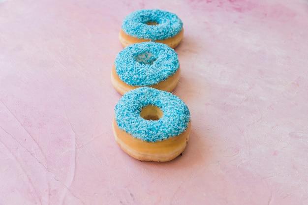 Close-up, de, fresco, azul, donuts, ligado, cor-de-rosa, fundo