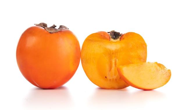 Close up de frutas caqui em fundo branco