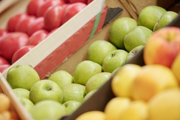 Close-up de frutas e vegetais frescos em caixas vendidas no mercado de alimentos orgânicos