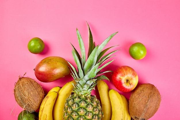 Close-up de frutas exóticas em fundo rosa