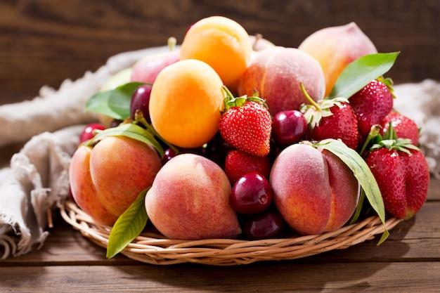 Close-up de frutas frescas na mesa de madeira