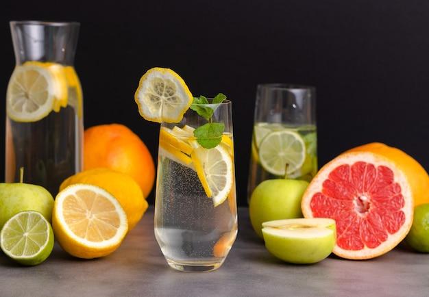 Close up de frutas frescas preparadas para bebida refrescante de desintoxicação.