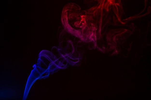 Close-up de fumaça colorida sobre um fundo preto