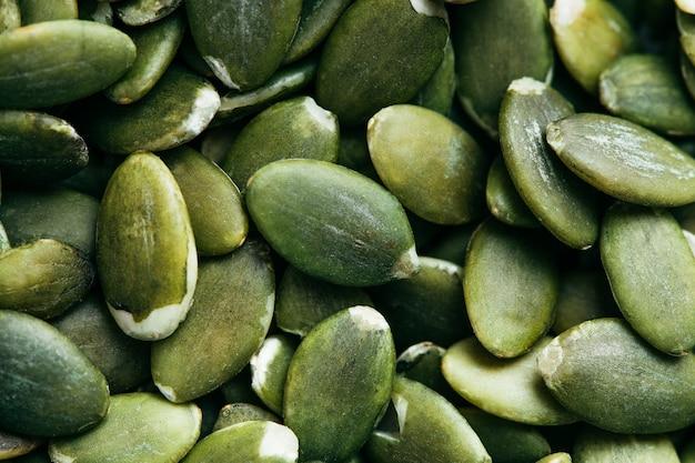 Close up de fundo de sementes de abóbora descascadas verdes
