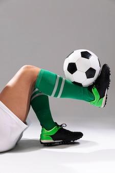 Close-up de futebol fazendo truques