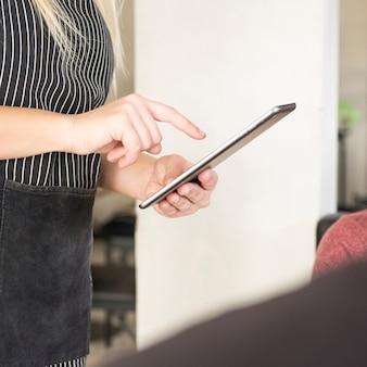 Close-up, de, garçonete, usando, tablete digital