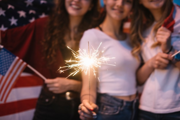 Close up de garotas comemorando o dia da independência com diamante