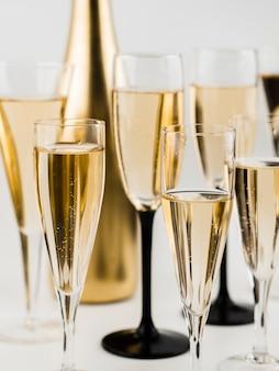 Close-up de garrafa de champanhe e vidro dourado