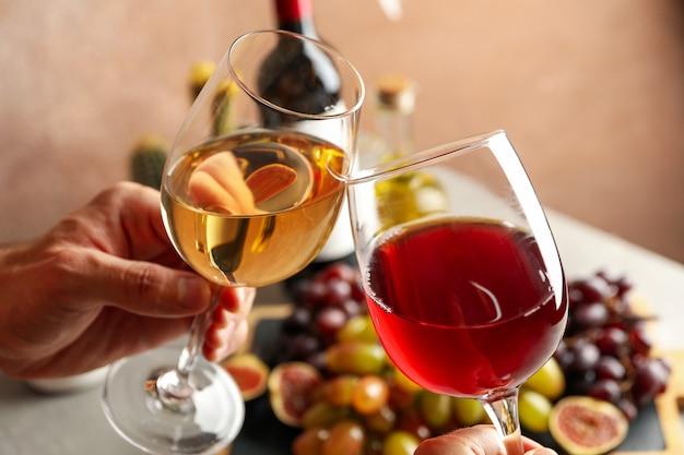 Close-up de garrafa e taças de vinho