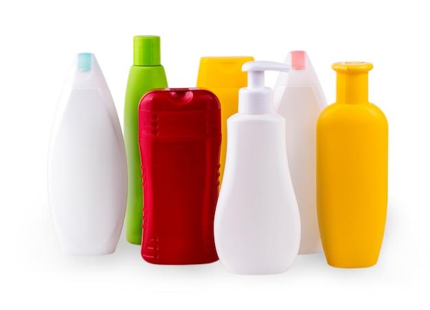 Close up de garrafas brancas e coloridas em fundo branco com traçado de recorte