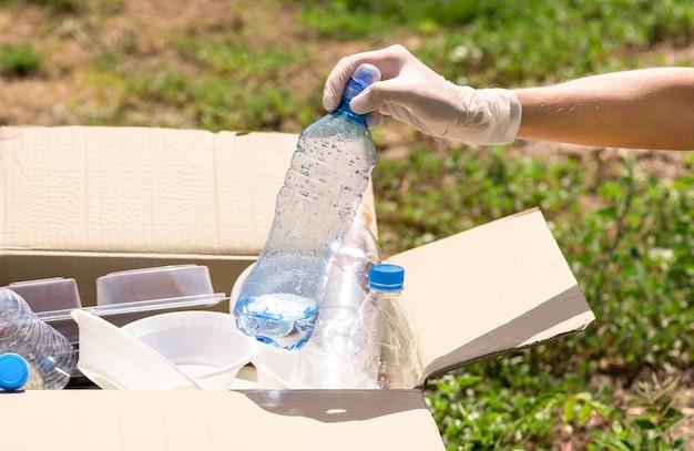 Close-up de garrafas plásticas individuais para reciclagem