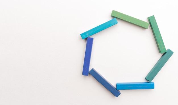 Close-up de giz colorido na composição geométrica