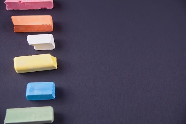 Close-up de giz multicolor em fundo preto
