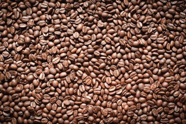 Close-up de grãos de café arábica recém-torrados. produtos alimentícios naturais populares, vista superior