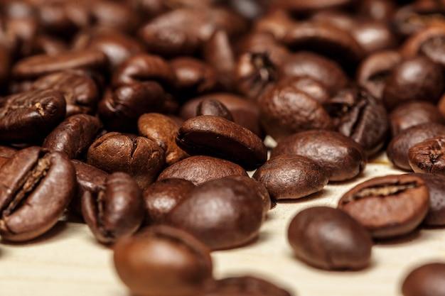 Close up de grãos de café em um fundo de madeira