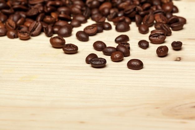 Close-up de grãos de café em um fundo de madeira