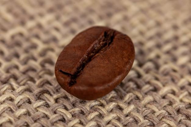 Close up de grãos de café em um saco de pano, comida e bebida