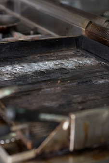 Close up de grill em um restaurante de cozinha, sem fogo, sem comida