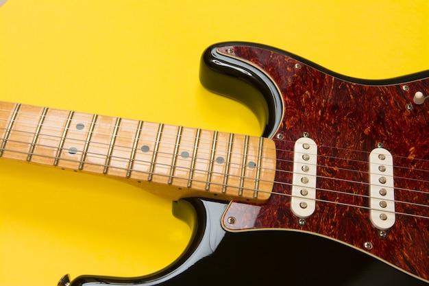 Close-up de guitarra elétrica em amarelo