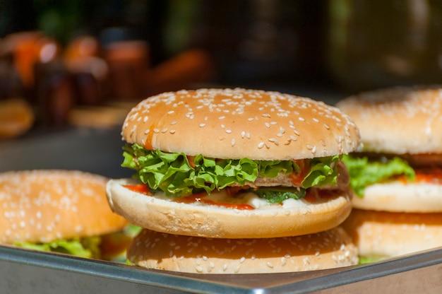 Close-up de hambúrguer caseiro com legumes frescos