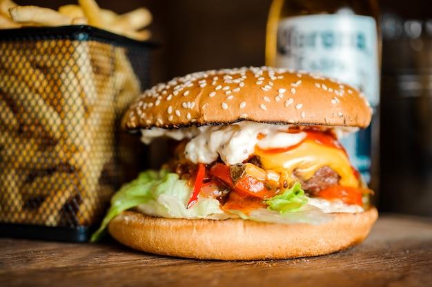 Close-up de hambúrgueres saborosos caseiros na mesa de madeira.