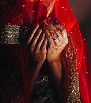 Close-up, de, hindu, noiva, mãos, coberto, com, henna, tatuagens