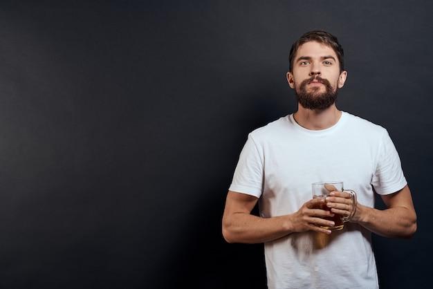 Close-up de homem bebendo cerveja isolado