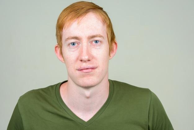 Close-up de homem com cabelo ruivo isolado