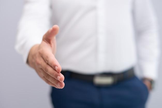 Close-up, de, homem negócios, esticando mão, para, aperto mão