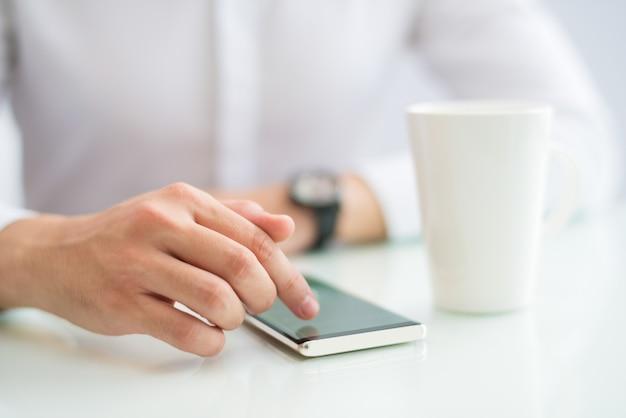 Close-up, de, homem negócios, tela tocante, de, smartphone