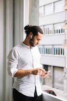 Close-up, de, homem negócios, usando, esperto, telefone