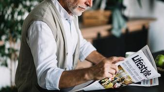 Close-up, de, homem sênior, jornal leitura