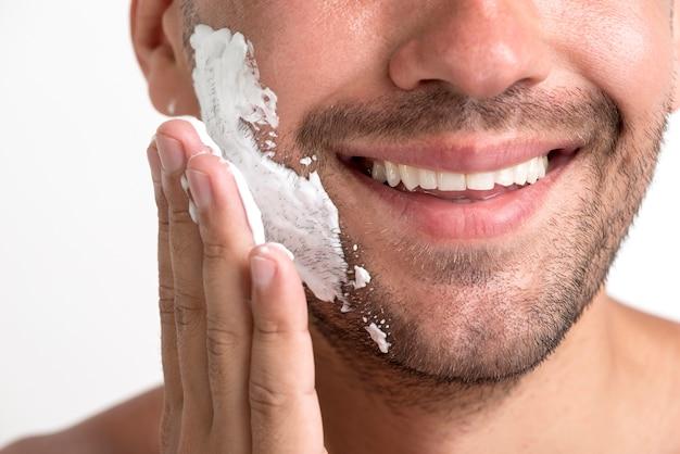 Close-up, de, homem sorridente, aplicando, espuma raspando
