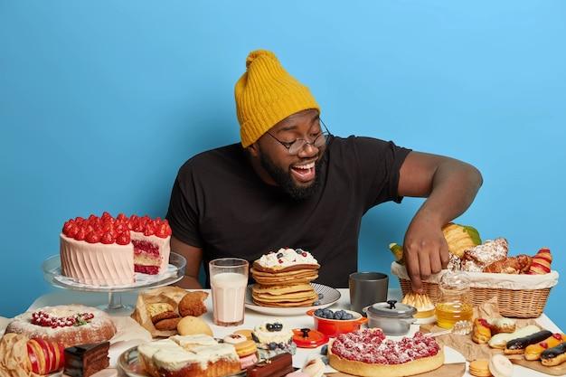 Close-up de homem tendo uma refeição doce saudável